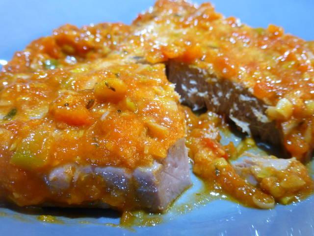 Atún rojo con tomate y pimientos